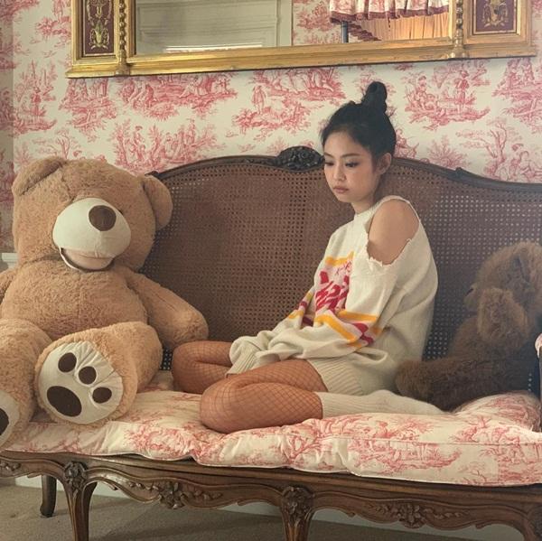 Jennie chia sẻ hình hậu trường MV SOLO. Cô nàng xị mặt đáng yêu