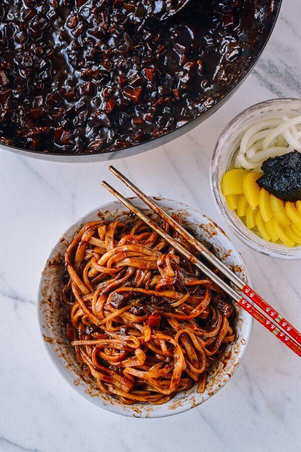 <p> Mì tương đen hay còn gọi là mì Jajang - món ăn thần thánh hay xuất hiện trong các bộ phim truyền hình xứ kim chi.</p>