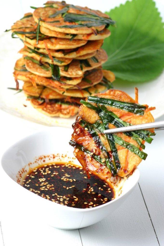 <p> Bindaetteok, món ăn chay làm từ đậu xanh, kim chi, hành lá siêu hấp dẫn.</p>