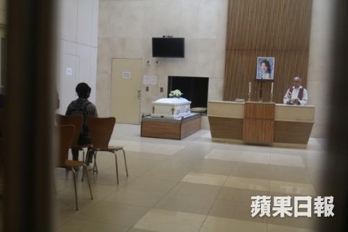 Chị gái Lam Khiết Anh lặng người khi nhìn quan tài em.
