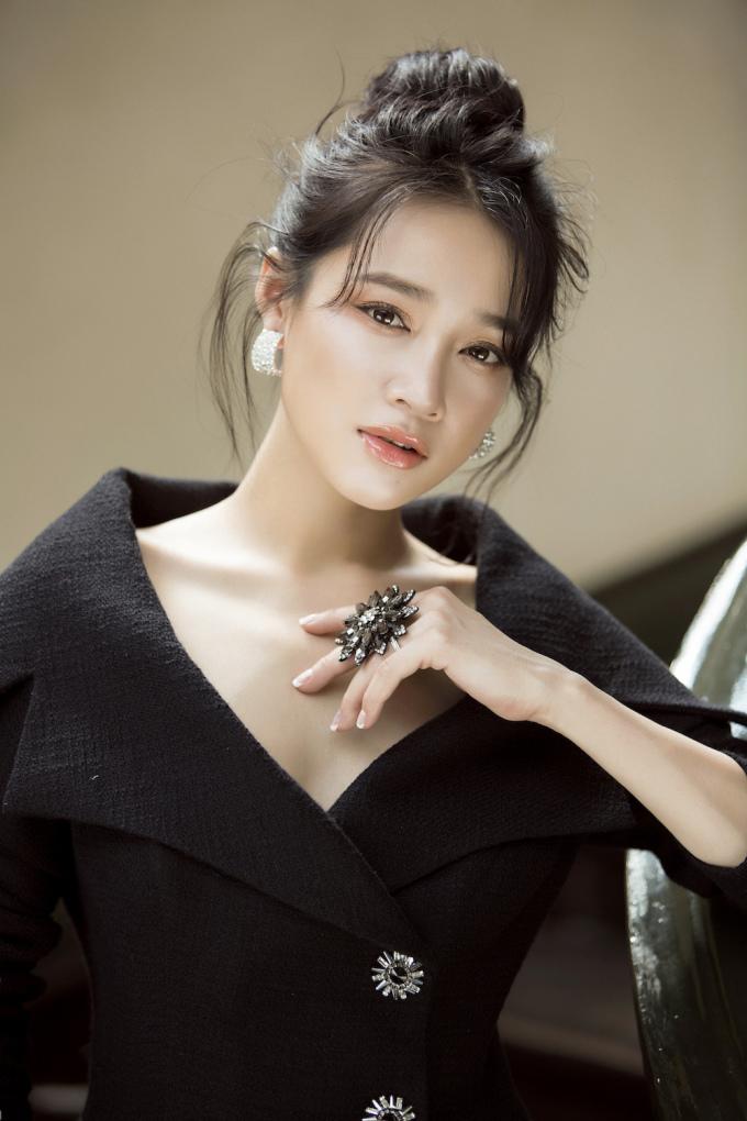 <p> Mới đây, Nhã Phương kết hợp với NTK Lê Thanh Hòa để thực hiện bộ ảnh mới. Đây là bộ ảnh hiếm hoi nữ diễn viên<i></i>giới thiệu người hâm mộ sau khi kết hôn.</p>