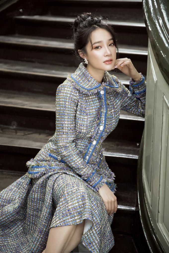 <p> Nắm bắt những điểm mạnh của bà xã Trường Giang là gương mặt thanh tú, làn da trắng, Lê Thanh Hòa ưu tiên lựa chọn những chiếc váy đơn giản với tông màu chủ đạo là trắng, đen và pastel.</p>