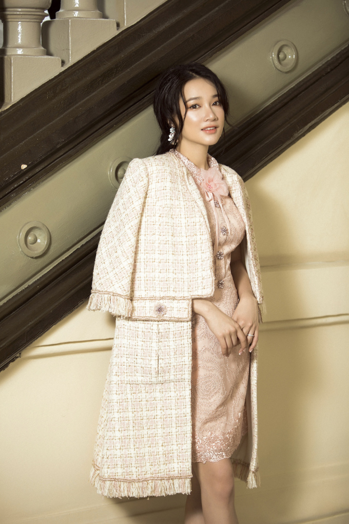 <p> Chất liệu chính là vải bố, tweed, ren kết hợp với các chi tiết kỹ thuật, chi tiết trang trí thủ công.</p>