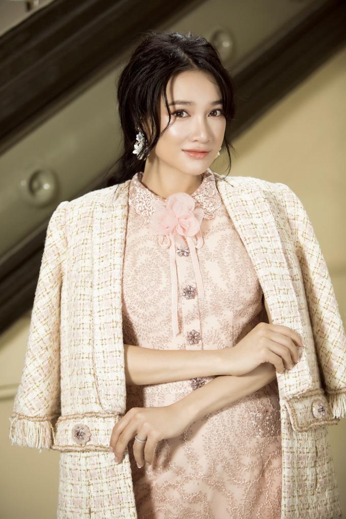 <p> Sau khi kết hôn, Nhã Phương tạm rút lui khỏi làng giải trí, hạn chế xuất hiện trong các hoạt động.</p>