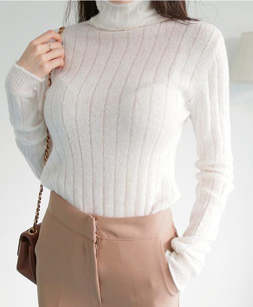 Thay vào đó, nội y mới là phụ tùng đáng để đầu tư. Những chiếc áo len ôm dáng mùa đông trông sẽ kém sang nếu áo ngực của bạn để lại vết hằn nếp, tố cáo nội y không vừa vặn với cơ thể.