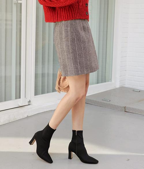 Bao nhiêu năm ankle boots cũng chỉ có một phom dáng, không thay đổi nhiều vì thế bạn có thể sắm một đôi thật đẳng cấp và đi được trong vài năm. Nên chọn ankle boots màu đen, kiểu dáng càng đơn giản càng tốt để có thể kết hợp được với mọi kiểu quần áo.