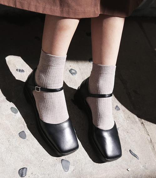 Mẫu mã giày bệt thay đổi liên tục, bạn đi chưa chán đôi này thì các nhà sản xuất đã tung ra mẫu khác. Vì thế món đồ này chẳng cần phải cắn răng mua quá đắt.