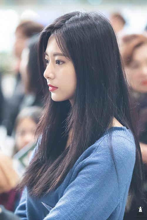 Tzuyu là người Đài Loan nhưng đã chuyển đến học cấp 3 ở trường Hanlim, Hàn Quốc. Nữ ca sĩ có ý định tham gia đợt thi năm nay nhưng hoãn lại để chờ Chae Young.