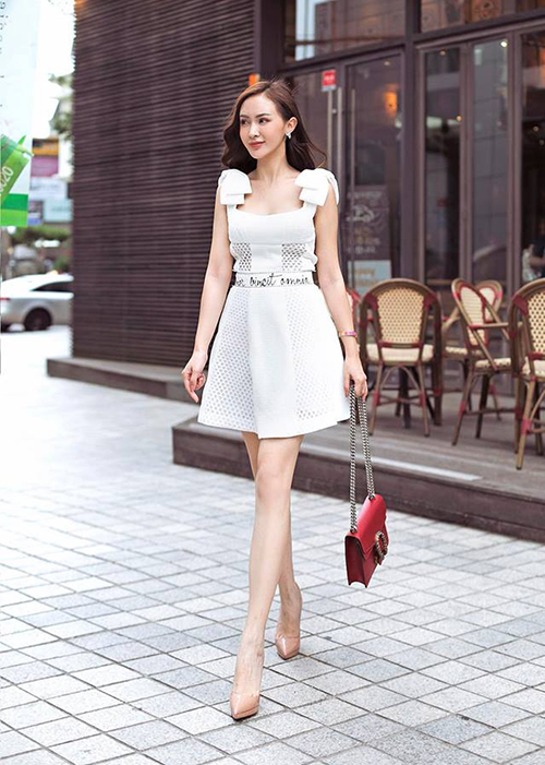Kelly Nguyễn vẫn mê mệt style ngọt ngào cùng những bộ váy nữ tính.