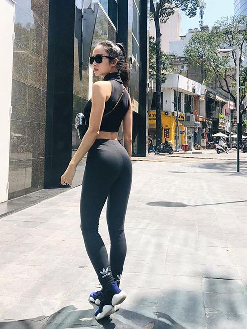 Vũ Ngọc Anh mặc cây đồ thun sporty khoe tối đa số đo ba vòng.