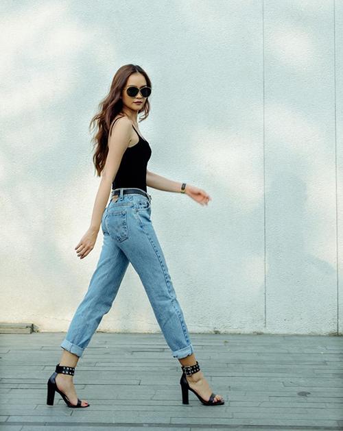 Chân dài Ngọc Châu chỉ cần mặc tank top cùng quần jeans là đã đủ khoe dáng chuẩn.