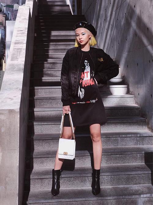 Phí Phương Anh ngày càng lên tay trong việc mix đồ cool ngầu. Set đồ của cô nàng chỉ tuyền tông đen nhưng vẫn nổi bật nhờ có chiếc túi xách trắng làm điểm nhấn.