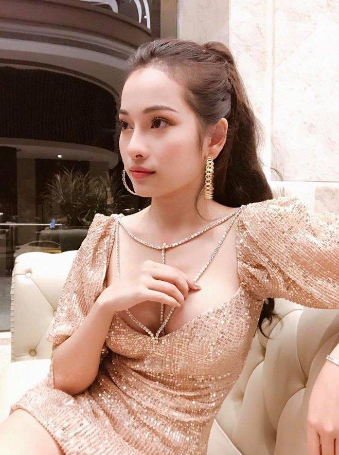 <p> Đi biểu diễn, Ngọc Duyên thường chọn trang phục sexy.</p>