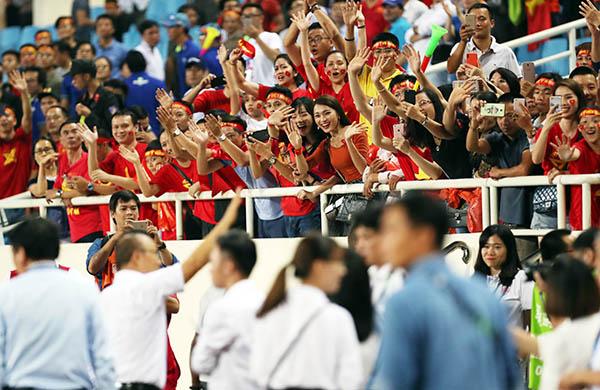 Ngọc Nữ và các bạn vẫy tay mừng chiến thắng của thầy trò huấn luyện viên Park.