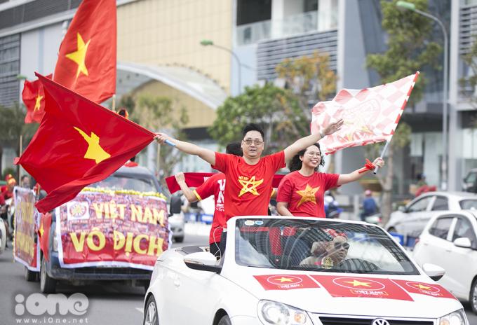 <p> Họ giăng cờ, biểu ngữ, chạy xe qua các tuyến phố lớn, ra đến tận Hồ Hoàn Kiếm, rồi lại quay về Sân vận động.</p>