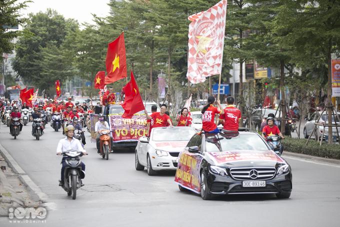 <p> Sau khi diễu hành qua các tuyến phố, đoàn xe trở về Sân vận động Mỹ Đình để chuẩn bị vào sân cổ vũ.</p>