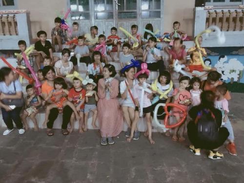 Mai Phương vừa có chuyến đi từ thiện tại trại trẻ mồ côi cùng con gái Lavie.