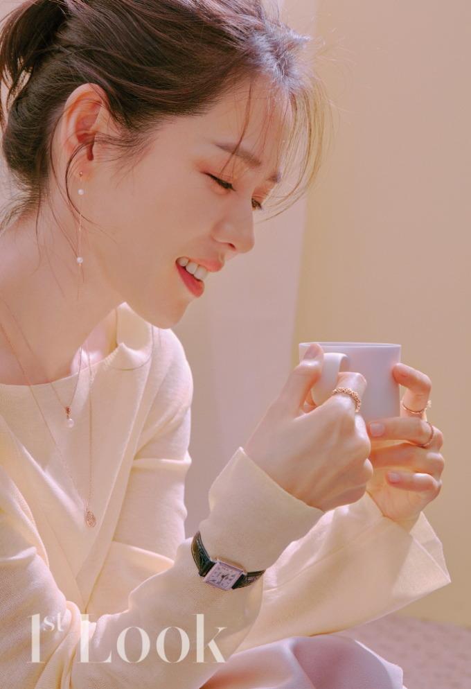 """<p> """"Biểu tượng nhan sắc"""" Son Ye Jin luôn gây sốt mỗi lần chụp ảnh tạp chí. Ở những bức ảnh cận mặt, cô khiến fan """"tan chảy"""" bởi vẻ đẹp dịu dàng, thanh khiết.</p>"""