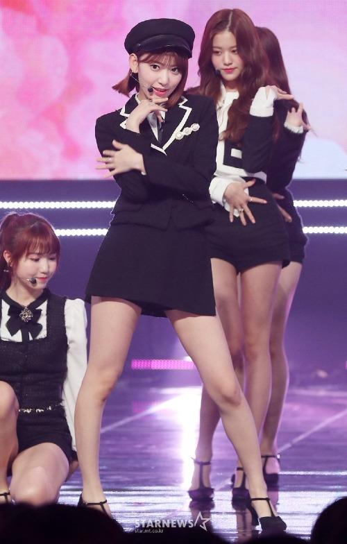 Trên sân khấu, thần thái của Sakura cũng được đánh giá cao hơn Won Young.