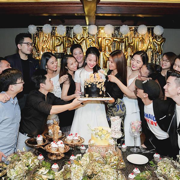Tiệc sinh nhật của tiểu thư con nhà giàu - Primmy Trương - ngập tràn tông màu đen trắng thể hiện vẻ thanh lịch nhưng vẫn đầy sang trọng. Từ chủ nhân cho đến những người bạn đến tham gia đều rủ nhau mặc đồ với hai gam màu này.