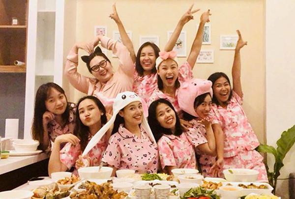 Trước khi lên xe hoa, Nhã Phương tổ chức tiệc độc thân cùng hội bạn. Thay vì diện đồ sang chảnh như nhiều nhóm mỹ nhân khác, hội chị em của Nhã Phương lại rủ nhau cùng mặc pyjama hồng siêu nhắng nhít.