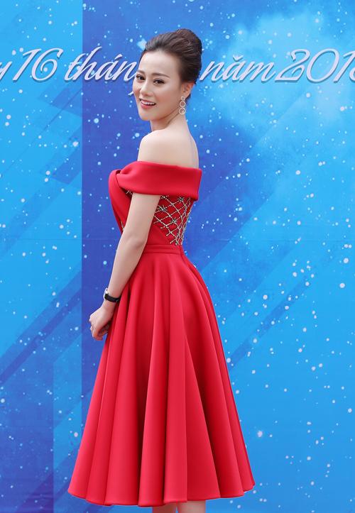 Người đẹp sinh năm 1989 tự lái xe đến địa điểm chấm thi từ sớm. Cô diện bộ váy đỏ rực với chi tiết vai trễ nải của NTK Lê Thanh Hoà, khoe nhan sắc rạng rỡ của tuổi 29.