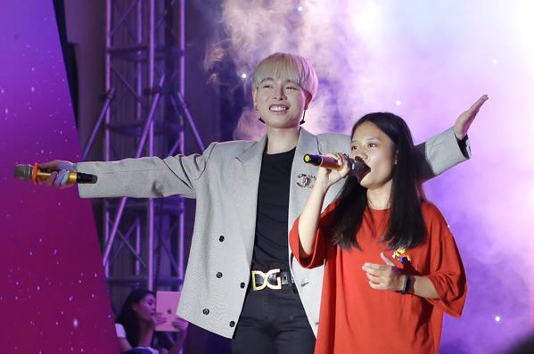 Quán quân The Voice còn mời một bạn học sinh lên sân khấu song ca Ánh nắng của anh và nhận được tràng vỗ tay tán thưởng của đông đảo khán giả.