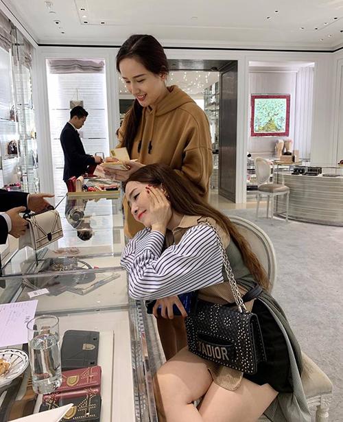 Mai Phương Thúy chứng minh mình là bạn thân số một khi dẫn Quỳnh Nga đi mua túi xách hàng hiệu tặng nhân dịp sinh nhật.