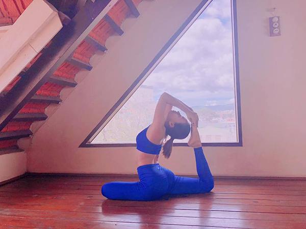 Ái Phương khoe vóc dáng săn chắc khi tập yoga.