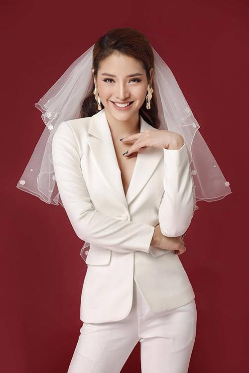 Phương Trinh Jolie mặc suit thanh lịch nhưng lại đội khăn voan như cô dâu.