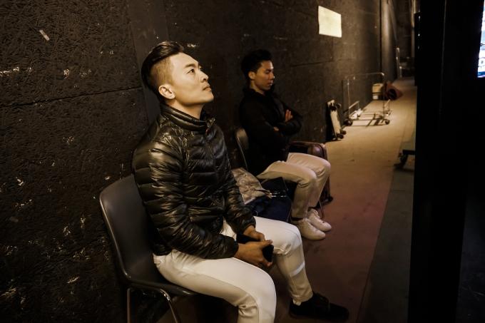 <p> Trong hậu trường trước giờ thực hiện màn trình diễn, hai anh em tỏ ra khá hồi hộp. Nhiều đồng nghiệp đã điện thoại và nhắn tin cho họ để hỏi thăm.</p>