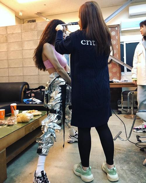 Hyun Ah lịch sự xoạc chân để giảm chiều cao khi được stylist tút tát.
