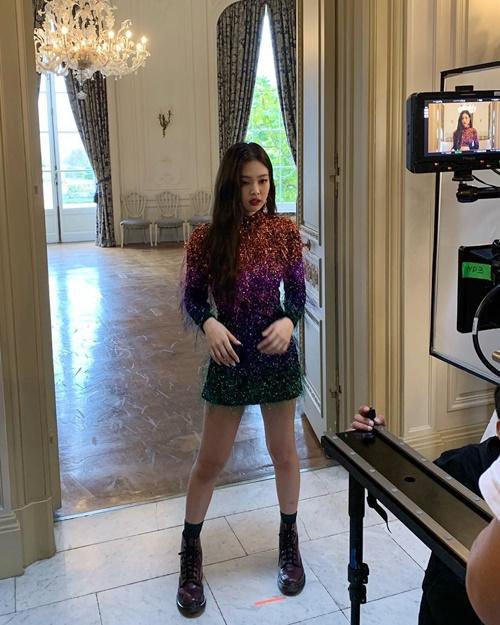 Jennie khoe dáng chuẩn chỉnh trong ảnh hậu trường MV.
