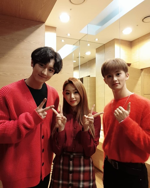 Mina (Gugudan) khiến nhiều fan ghen tỵ khi được chụp ảnh cùng Chan Yeol (EXO) và Mark (NCT).