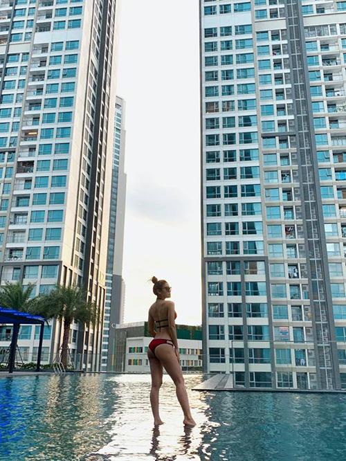 Phương Trinh Jolie thả dáng bên bể bơi với bikini khoe vóc dáng gợi cảm.