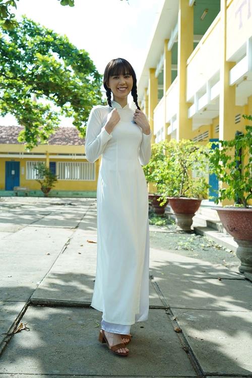 Trong dự án điện ảnh Vu quy đại náo, Ngọc Trinh có những phân cảnh thời áo trắng mộng mơ. Cô hóa thân thành một nữ sinh chân chất với tà áo dài, tóc thắt bím, gương mặt ngây ngô.