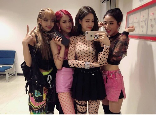 Đồ diễn của Lisa, Rosé và Ji Soo luôn rối rắm với đủ các chi tiết dây nhợ lằng nhằng, thế nhưng Jennie lại hoàn toàn khác biệt.