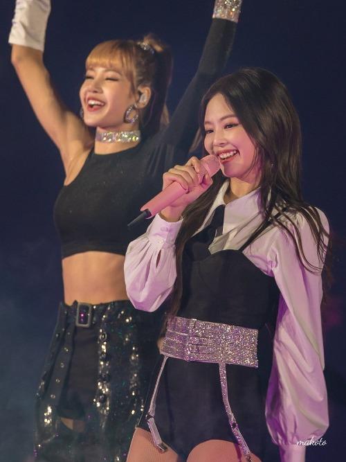 Những hình ảnh này đang dấy lên làn sóng bức xúc của fan. Trên weibo, chủ đề Jennie được mặc trang phục khác biệt so với Lisa, Ji Soo và Roséliên tục nhận được nhiều phản hồi.