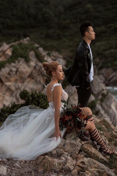 Bộ ảnh cưới trên vách núi cao khiến Tra Li gặp khó khăn trong việc biểu lộ cảm xúc.
