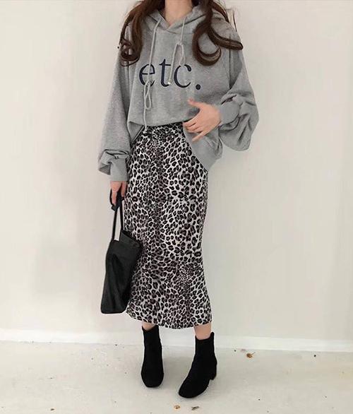 Các kiểu chân váy bút chì họa tiết mix cùng áo nỉ màu sắc trung tính mang đến diện mạo chuẩn gái Hàn.