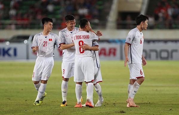 Thầy trò HLV Park Hang-seo có trận đấu thứ 3 tại AFF Cup 2018 với thế áp đảo nhưng kém may mắn để giành chiến thắng. Văn Toàn vào sân thay Công Phượng ở phút 76. Ngay sau đó, Văn Toàn sút tung lưới Myanmar, nhưng trọng tài biên căng cờ báo hiệu anh dứt điểm ở thế việt vị. Các học trò của Park Hang-seo trong suốt 90 phút thi đấu đã tạo được nhiều cơ hội ăn bàn nhưng không thể tận dụng và chấp nhận hoà 0-0 tối 20/11.