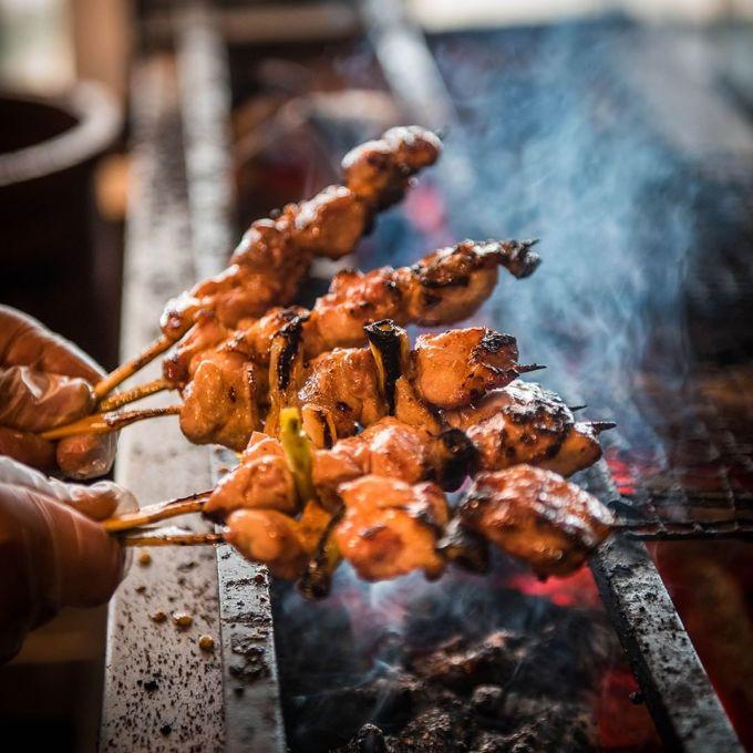 <p> Thịt xiên nướng (Yakitori) luôn là món ăn đường phố được yêu thích nhất tại đất nước mặt trời mọc.Yakitori được chế biến từ các phần khác nhau của gà, như ức, đùi, da, gan và được nướng trên những que xiên.</p>