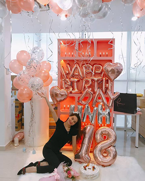 Hà Hồ tưng bừng mừng sinh nhật tuổi 18 trước khi lên đường sang Mỹ lưu diễn.