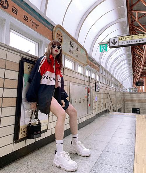 Thiều Bảo Trâm có cách tạo dáng khó hiểu nhưng bao ngầu ở bến tàu điện ngầm Nhật Bản.