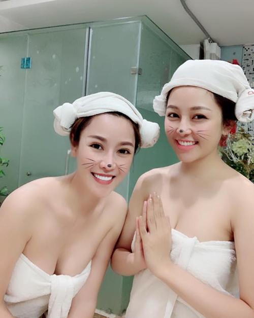 Hai chị em Quế Vân - Trâm Anh rủ nhau đi tắm trắng.