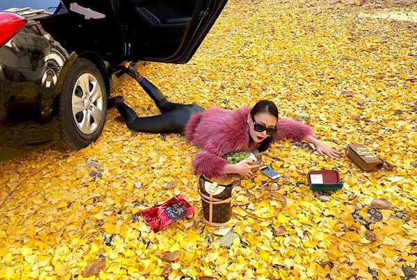 Phương Oanhtạo dáng ngã sấp mặt đúng chuẩn thượng lưu trên thảm lá vàng ở Hàn Quốc.