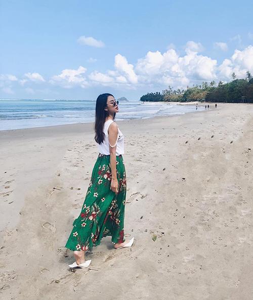 Thiên Nga xuống biển nhưng vẫn cố đi giày cao gót.