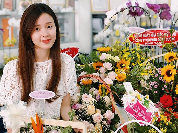 Nữ giảng viên xinh đẹp Midu được rất nhiều học trò tặng hoa trong ngày 20/11.