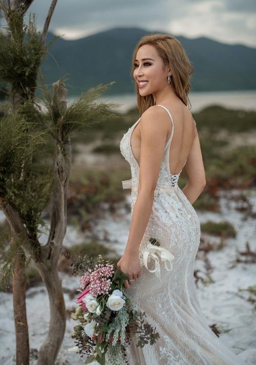 Tra Li xinh đẹp và sexy khi chụp bên bãi cát trắng xóa.