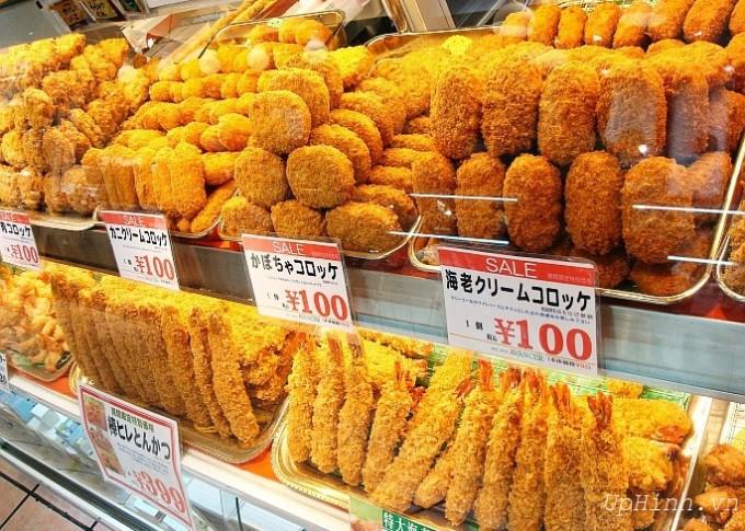 """<p> Bánh khoai tây chiên xù (korokke) vốn có nguồn gốc là món ăn của Pháp, với tên gọi the croquette, được du nhập những năm 90. Korokke là sự kết hợp giữa khoai tây nghiền, hành tây, rau cải, thịt, rồi cho lăn qua bột mì, trứng và vụn bánh mì.Có thể dùng như một món ăn trong bữa chính, cũng có thể """"ăn chơi chơi"""" như một loại snack nên Korokke rất được ưa chuộng tại Nhật.</p>"""